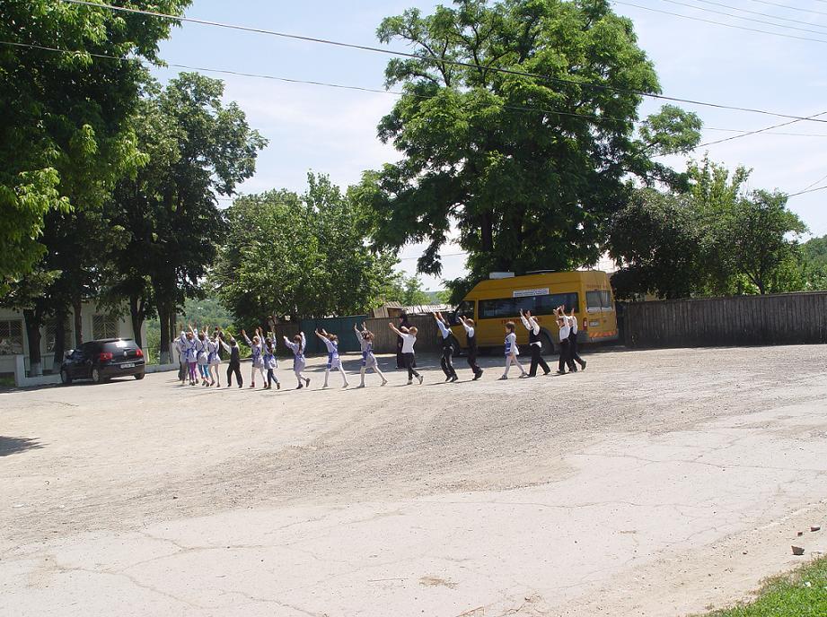 """Primăria Bălăbăneşti promite să rezolve problema terenului de sport al şcolii """"Gheorghe şi Maria Taşcă"""" din satul de reşedinţă"""